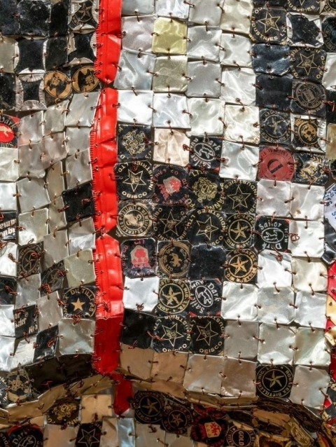 Anatsui In the World but Dont Know the World uitsnede
